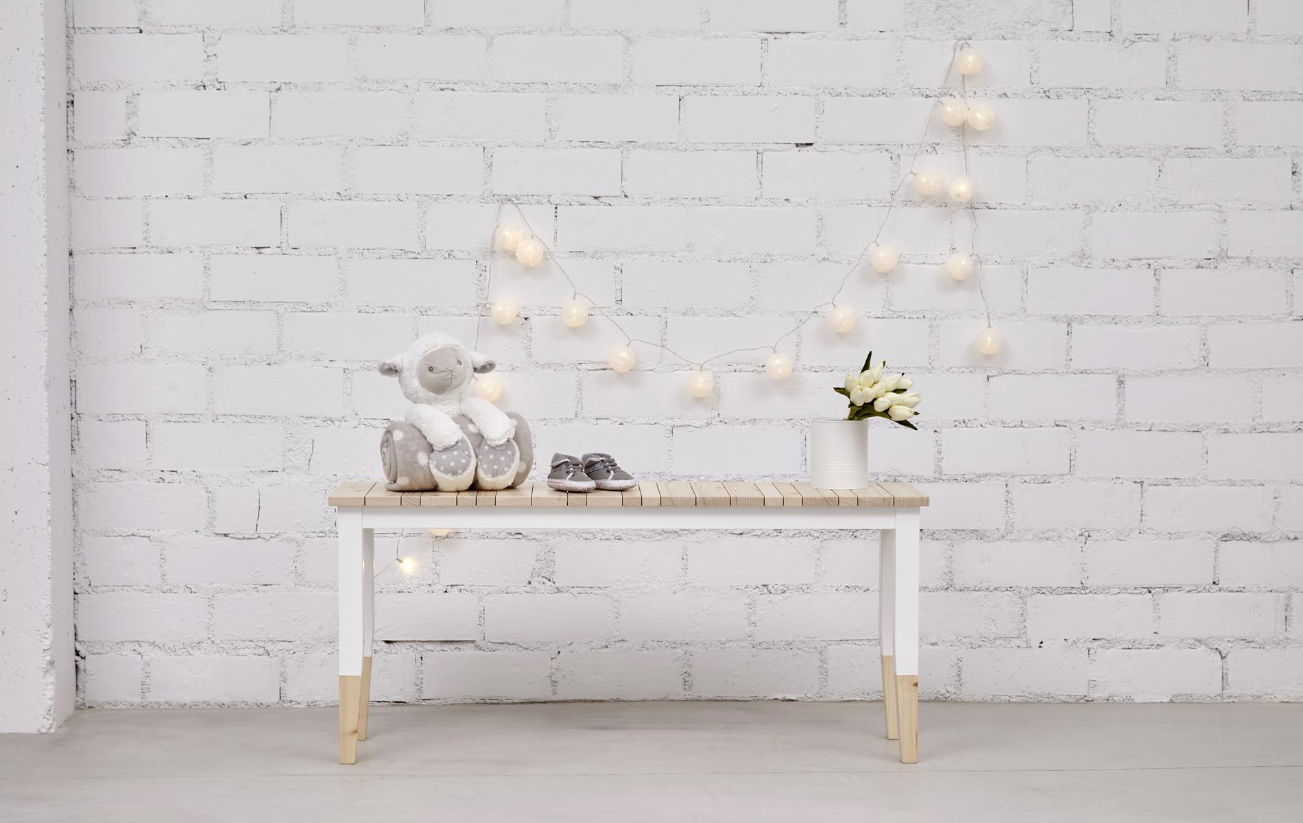 banco de madera tapa natural y patas blancas