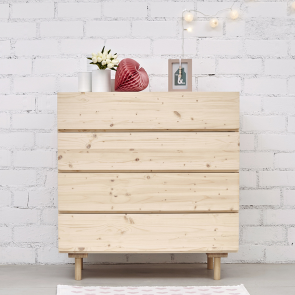 cómoda madera natural con patas