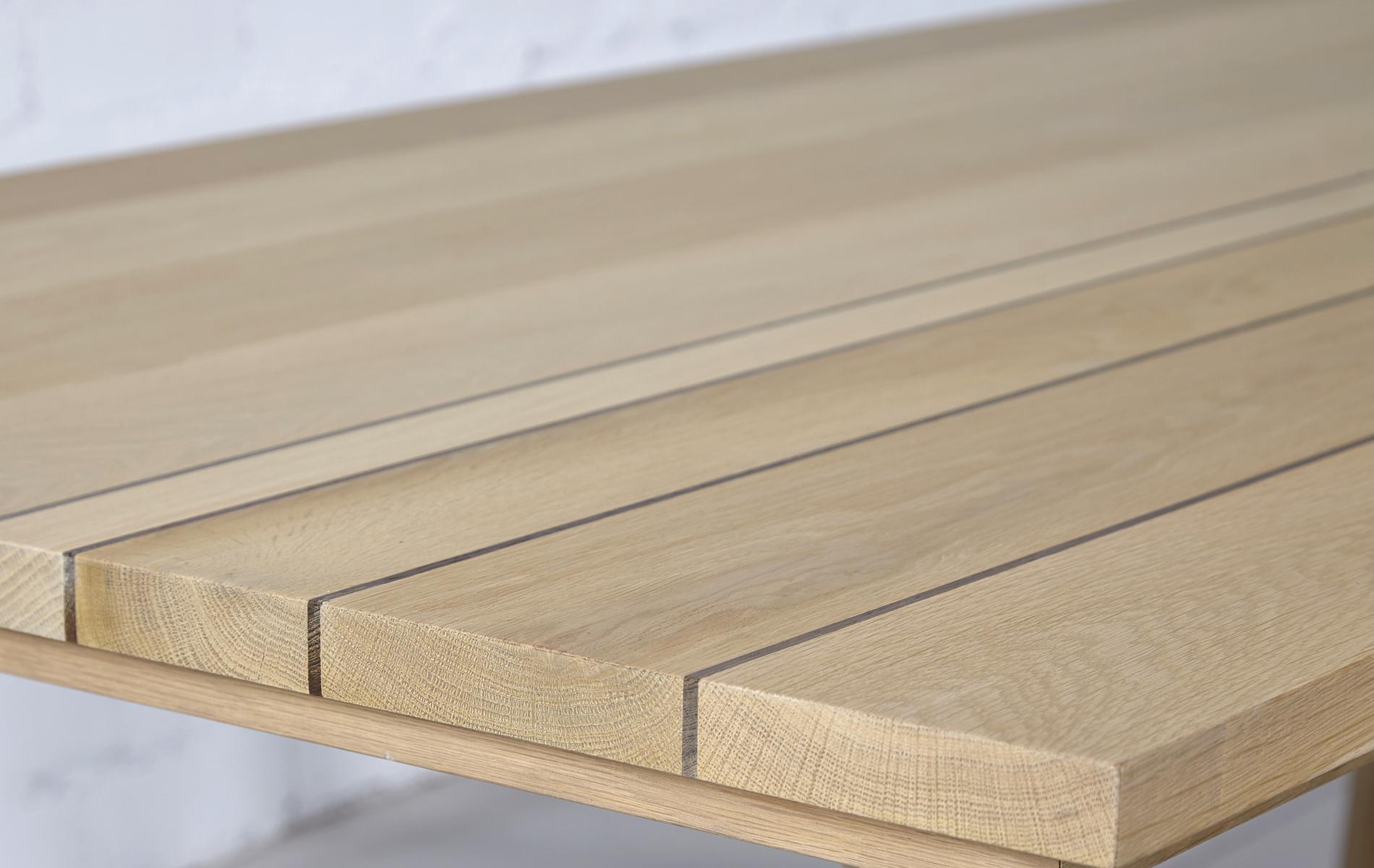 mesa roble y patas de hierro blanco