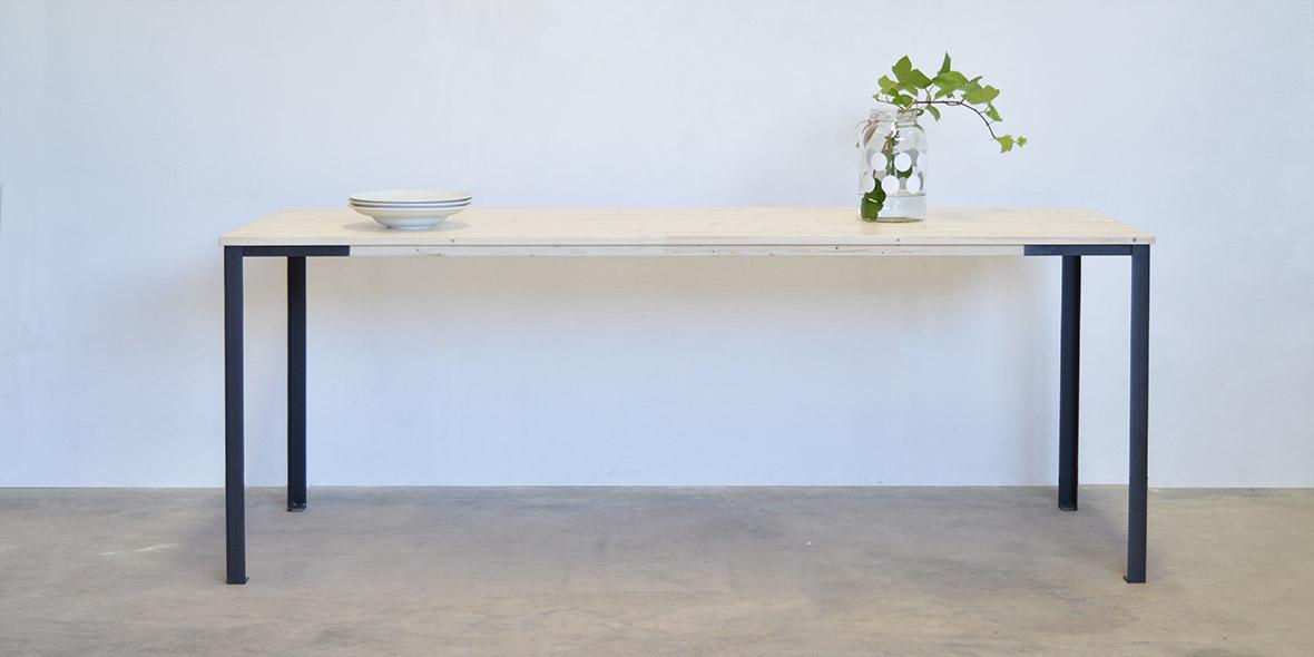 Mesa comedor madera escandinava y patas de metal. Moblebo Vives.