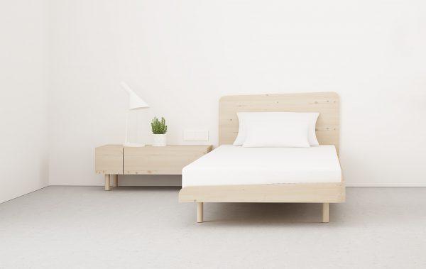 Cama de diseño en madera color natural y nudos