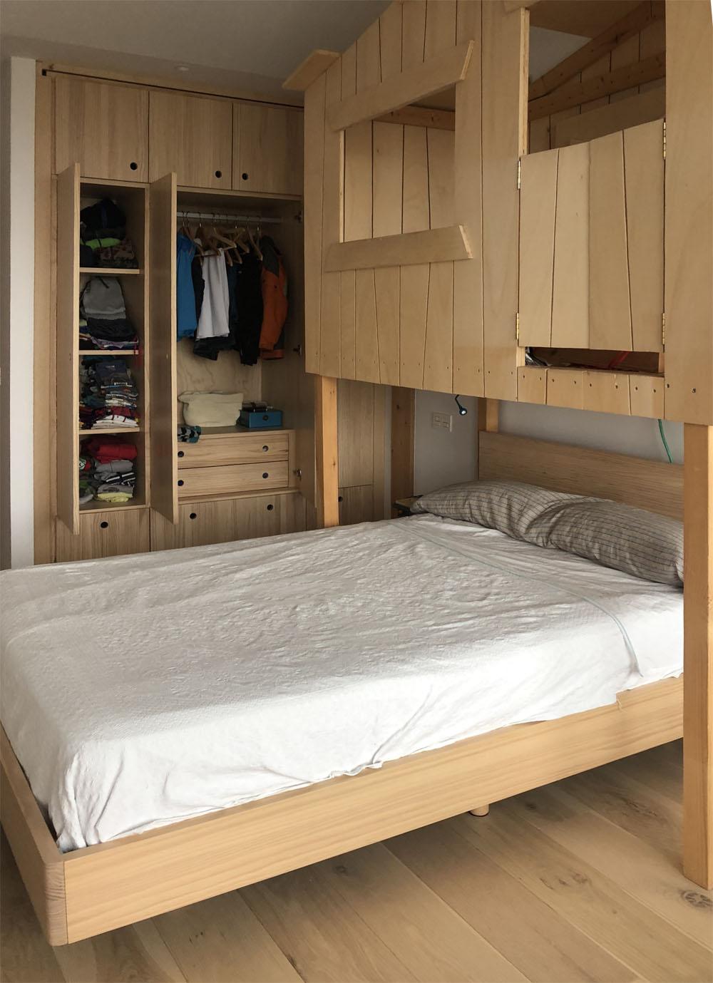 armario ropero de madera maciza color natural