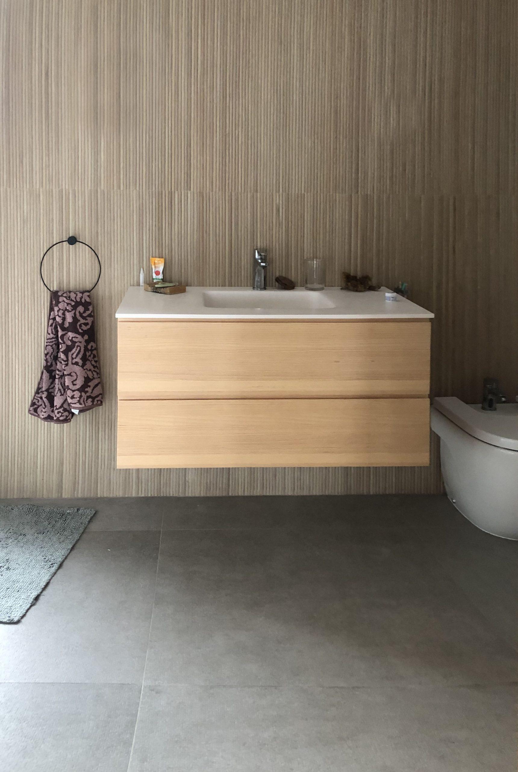 mueble de baño en madera color natural
